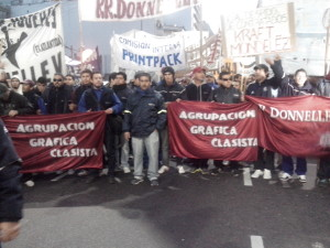 Operários caminham em direção ao obelisco. Foto: pavio.net