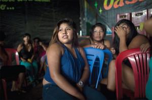 Jovens prostitutas num clube noturno em La Pampa.