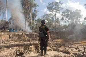 Um oficial das Forças Especiais observa a destruição da invasão do Exército em La Pampa.